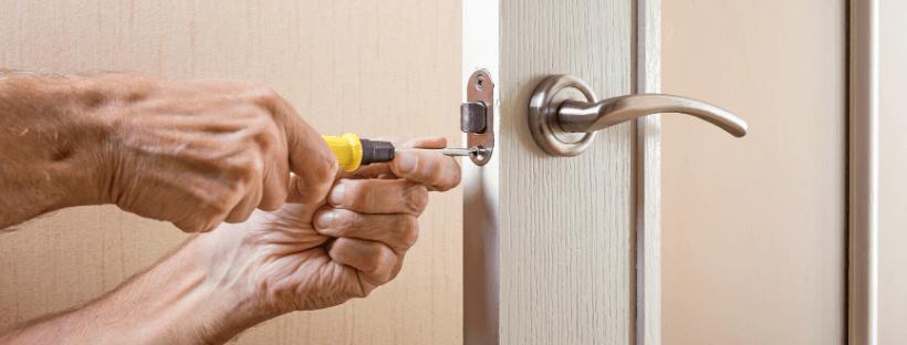 como es el montaje de una puerta de madera